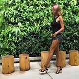 Manchmal benötigt es nicht mehr als klassisch schöne Riemchen-Sandaletten, um ein sonst eher unaufregendes Outfit zu einem tollen Hingucker zu machen. Die Absatzschuhe von Ann-Kathrin Brömmel sind zu der Shorts genau die richtige Wahl, um ihre durchtrainierten Beine perfekt in Szene zu setzen.