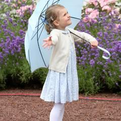 Unter ihrem Schirm lukt Estelle zum Himmel und hält probeweise mal die Hand raus. Ja, es regnet noch.