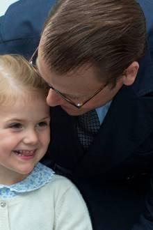 Schwedens künftige Kronprinzessin trägt einen süßen Zopf und dazu - wie könnte es anders sein - eine Schleife. Passend zum Kleid (und dem Schirm) ist sie heute blau.
