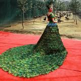 """""""Peacock Dress"""" von Vera Wang  Ein Brautkleid wie aus Tausendundeiner Nacht: 2009 designte Vera Wang diesen Traum aus 2009 männlichen Pfauenfedern. Mit einem geschätzten Preis von 1,5 Millionen Dollar ist dieses Kleid purer Luxus. Wenn man den Gerüchten glauben mag, hätte eigentlich Jennifer Lopez den Entwurf bei ihrer Hochzeit mit Ben Affleck tragen sollen - aber die fand bekanntlich nie statt."""