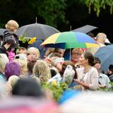 Die Kronprinzessin nimmt sich viel Zeit, um Hände zu schütteln, Glückwünsche entgegenzunehmen und Geschenke. Trotz des Wetters!