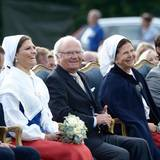 Das Bühnenprogramm sorgt bei der Königsfamilie für gute Laune und viel Gelächter.