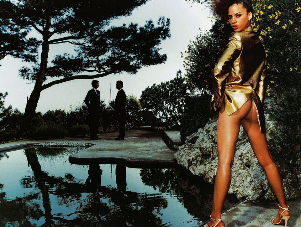 Oktober 2001: Noémie Lenoir fotografiert von Mario Testino