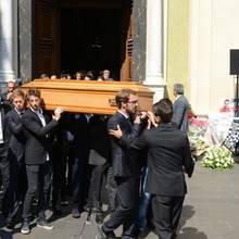 21. Juli 2015: Die Formel-1-Welt um Sebastian Vettel nimmt Abschied von Jules Bianchi. Die Trauerfeier findet in der Sainte Reparate Kathedrale in Nizza, der Heimatstadt von Bianchi, statt. Der 25-jährige erlag nach neun Monaten im Koma seinen Verletzungen.