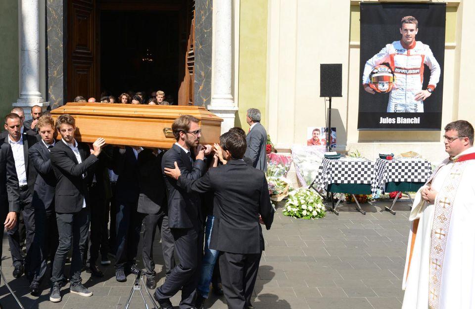 Die Formel-1-Welt um Sebastian Vettel nimmt Abschied von Jules Bianchi. Die Trauerfeier findet in der Sainte Reparate Kathedrale in Nizza, der Heimatstadt von Bianchi, statt. Der 25-jährige erlag nach neun Monaten im Koma seinen Verletzungen.