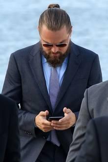 Außerdem scheint sich Leo eher für sein Telefon zu interessieren als für all die schönen Frauen auf seiner Jacht.