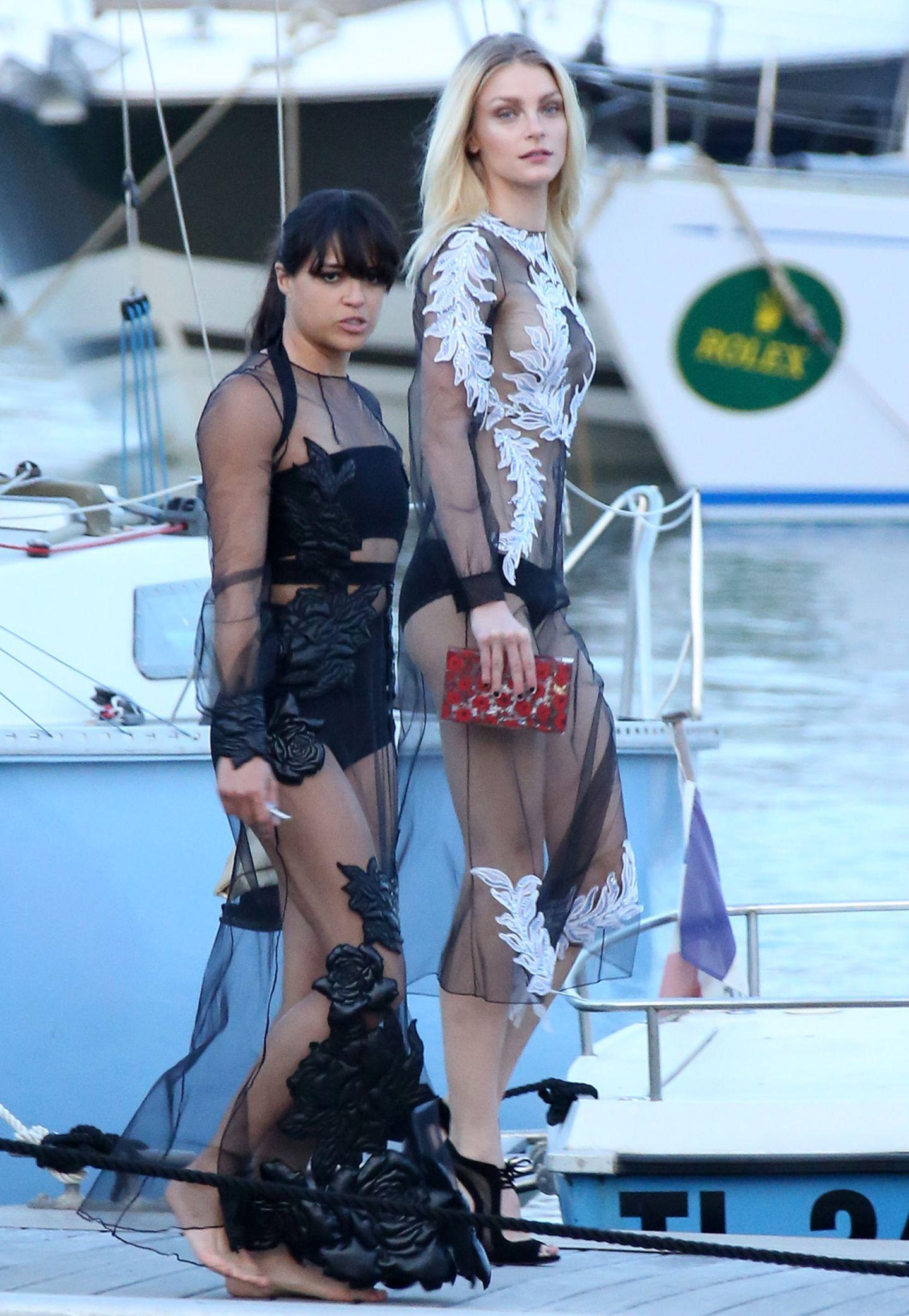 Partnerlook in Schwarz-Weiß: Michelle Rodriguez und Topmodel Jessica Stam