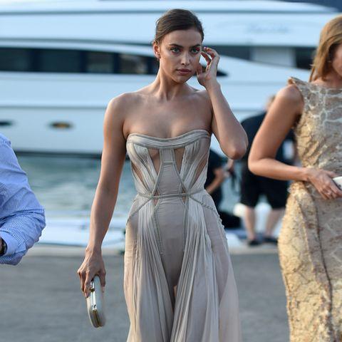Irina Shayk könnte in einem Kartoffelsack rumlaufen und würde noch alle Blicke auf sich ziehen. Im fließenden Kleid von Atelier Versace wirkt sie aber besonders sexy.