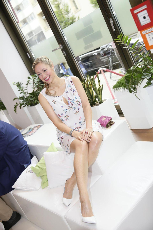 Ruth Moschner zeigt in einem sommerlichen Kolibri-Kleidchen (Guido Maria Kretschmer) ihre durchtrainierten Beine.