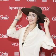 Der Hut steht ihr wirklich gut: Sängerin Graziella Schazad posiert vor der GALA-Wand.