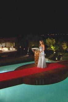 """In einem silberfarbenen Pailletten-Kleid wartet Alisa auf Patrick und Alex. Neben ihr: die letzte Rose.    Alle Infos zu """"Die Bachelorette"""" im Special bei RTL.de: http://www.rtl.de/cms/sendungen/show/die-bachelorette.html"""