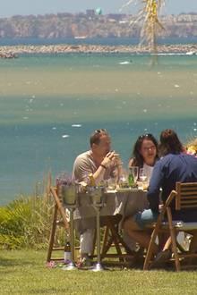 """Auch Patrick trifft am nächsten Tag auf Alisas Eltern Bettina und Peter. Zu viert dinieren sie vor Portugals Traumkulisse.    Alle Infos zu """"Die Bachelorette"""" im Special bei RTL.de: http://www.rtl.de/cms/sendungen/show/die-bachelorette.html"""