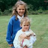 Prinzessin Madeleine hat 1987 ein geflecktes Kaninchen fest im Griff.