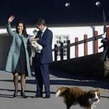 Zur dänischen Königsfamilie gehören nicht nur Dackel. Australian Shepard Ziggy ist außer Rand und Band vor Freude, dass Herrchen und Frauchen wieder da sind und ihren Nachwuchs dabei haben. Im Oktober 2005 zeigen sich Prinz Frederik und Ehefrau Mary mit ihrem Sohn vor dem Schloss.