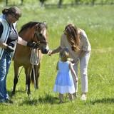 """""""Guck mal, das ist Haidi!"""" - Prinzessin Madeleine stellt ihrer Tochter ihr Taufgeschenk vor, das Gotland-Pony Haidi."""