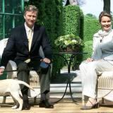 2001 geben Prinz Philippe und seine Frau Mathilde bekannt, dass sie ihr erstes Kind erwarten. Bei der Pressekonferenz dabei ist ihr Hund.