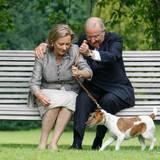 Pikki soll mit ins Bild, eigentlich ... Königin Paola muss kräftig an der Leine ziehen, aber besonders begeistert ist ihr Hund über die Idee nicht.