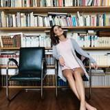 Gemütlich und zugleich super sexy: Lena setzt ihre beneidesnwert durchtrainierten Beine auf diesem Bild besonders in Szene.
