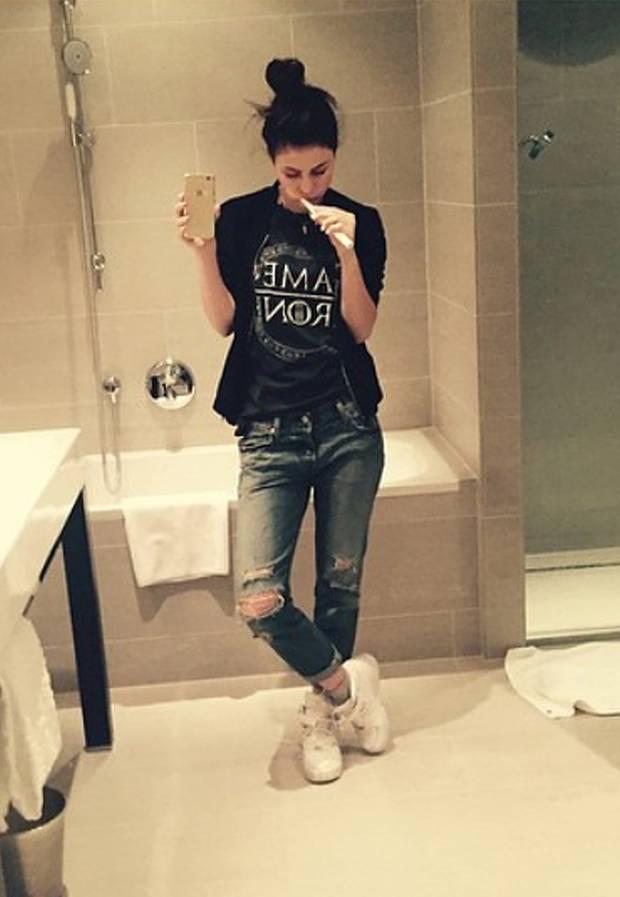 Fürs Zahnputz-Selfie reichen Lena Shirt und zerrissenen Jeans völlig aus.