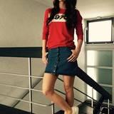 Den College-Girl-Look beherrscht Lena mit rotem Sewater, Jeansrock und weißen Turnschuhen auch perfekt.
