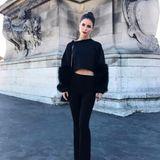 Wow! Im bauchfreien All-Over-Black-Look macht sich Fashionista Lena Meyer-Landrut auf den Weg zur Show von Giambattista Valli in Paris.