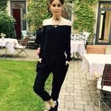 Lenas #OOTD, also ihr Outfit des Tages stammt von Malaikaraiss. Den nur optisch schulterfreien Jumpsuit kombiniert sie sportlich mit schwarzen Sneakers.