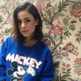 Hey Mickey! Disney-Prints, wie dieser auf dem Sweater von Lena, sind akuell nicht nur für Kinder voll im Trend.