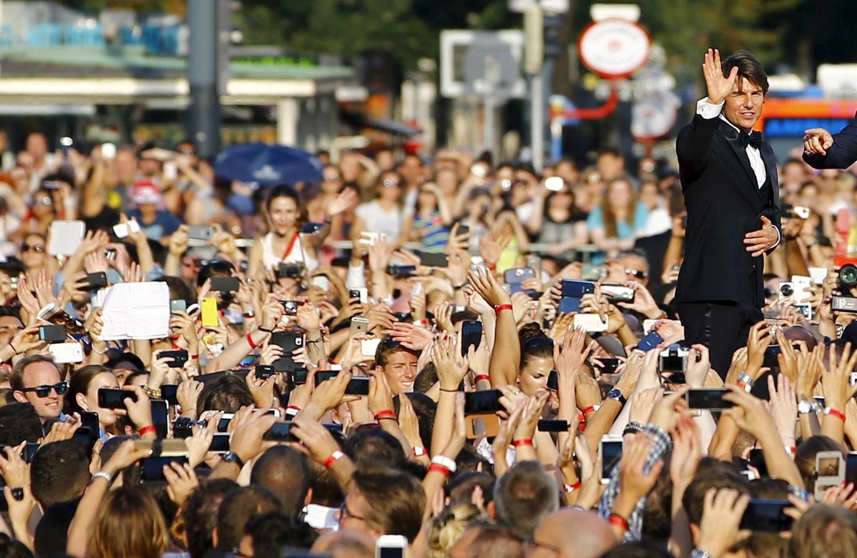 Hauptdarsteller Tom Cruise genießt bei seiner Ankunft das Bad in der Menge.