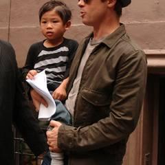 Wie bereits Maddox und Zahara ist auch Pax Thien nach seiner Adoption im März 2007 erst einmal nur ein Jolie. Da Angelina und Brad damals noch nicht verheiratet sind, adoptiert die Schauspielerin den 3-Jährigen in Vietnam zunächst als Single. Ein Antrag Pitts folgt jedoch sofort, sodass aus Pham Quan Sang ganz bald Pax Thien Jolie-Pitt wird.