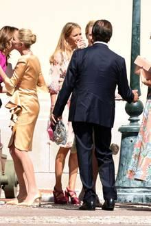 Paola Marzotto, die Mutter der Braut, trägt eine kurzes goldenes Kleid.