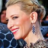Schön verspielt aber doch festlich wie bei Cate Blanchett sind seitlich geflochtene Strähnen, die in einem Dutt am Hinterkopf zusammengesteckt werden.