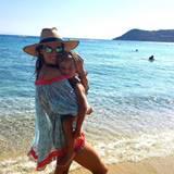 Alessandra Ambrosio zeigt sich kuschelig mit ihrem Sohn Noah am Strand.