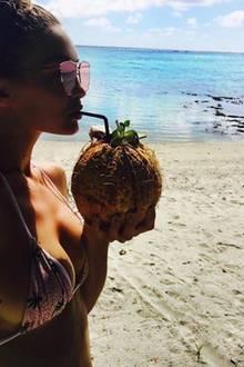 Gigi Hadid genehmigt sich frische Kokosnussmilch: Das Model genießt gerade wieder die Sonnenseite ihres jungen Topmodellebens.