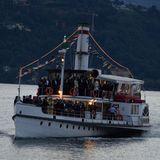 Die Hochzeitsgesellschaft folgt mit einem größeren Boot.