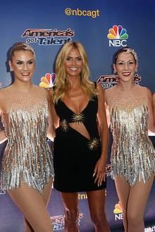 Auf dem roten Teppich in New York, in Mitten von vier Tänzerinnen, fällt der stark gebräunte Teint von Topmodel Heidi Klum besonders auf.