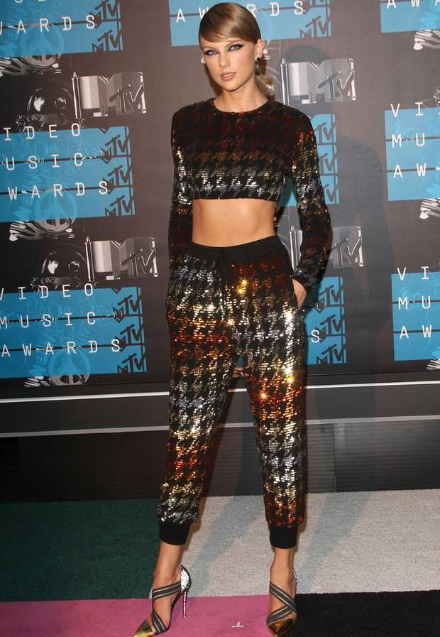 Dieses Jahr zeigt Taylor Swift Bauch und den funkelnden Metallic-Look. Das  Hahnentritt- 17771050d8