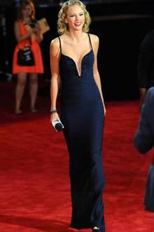 Sehr sexy und elegant zeigt sich Taylor Swift 2013 bei den VMAs in einer nachtblauen, langen Robe. Der tiefe Ausschnitt ist mit funkelnden Steinen besetzt.