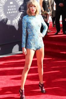 Was für Beine! Die kann Taylor Swift in ihrem superkurzen Overall auch zeigen. Den hellblauen, mit Buchstaben verzierten Einteiler trug sie 2014 bei den VMAs.