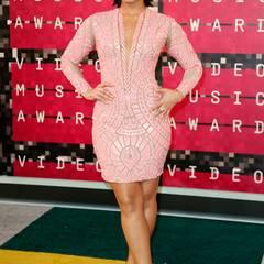 Demi Lovato erinnert auf dem bunten Teppich der VMAs im rosafarbenen Ethno-Look-Dress von Nicolas Jebran Couture ein wenig an den Style von Beyoncé. Finden wir nicht atemberaubend, aber ganz hübsch.