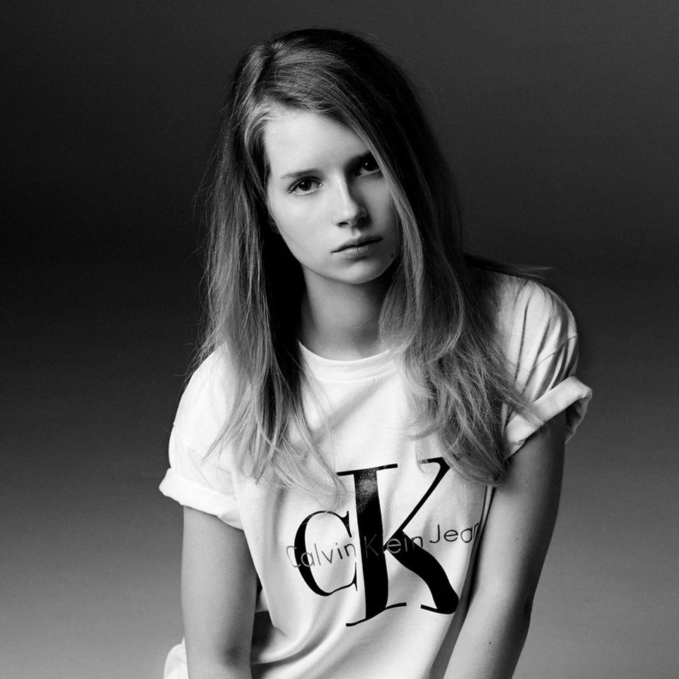 """Als Gesicht der Kampagne von """"Calvin Klein"""" tritt die 17-jährige Lottie Moss in die Fußstapfen ihrer berühmten Halbschwester Kate. Diese startete ihre erfolgreiche Karriere bereits mit 14 Jahren und sorgte mit freizügigen Modeljobs früh für Skandale."""
