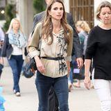 Königin Rania ist ganz lässig in New York unterwegs: Zur legeren Bluse mit Palmenmotiv und Taillengürtel trägt die Königin von Jordanien eine dunkle Skinny Jeans mit leichtem Bootcut.