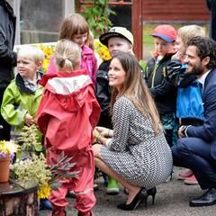 Nach der Bootsfahrt durch die Gemeinde sind Sofia und Carl Philip umringt von wetterfest gekleideten Kindern. Am Vortag hatte die Prinzessin auch noch Gummistiefel statt Highheels getragen ...