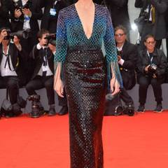 Juliette Binoche in einem über und über mit Swarovski-Kristallen bestickten Abendkleid aus der Giorgio Armani Privé Kollektion.