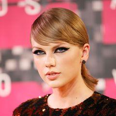 Taylor Swift konnte vier der begehrten Trophäen absahnen und war damit die Abräumerin des Abends. Wir lieben ihr extravagantes Make-up!