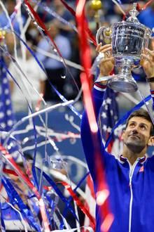 Djokovic hält die begehrte Trophäe in den Händen.