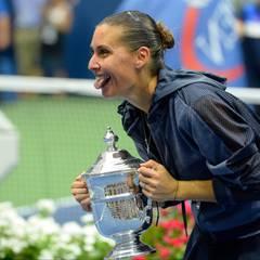 Die Italienierin Flavia Pennetta siegt im Finale über Roberta Vinci und freut sich über den Pokal.