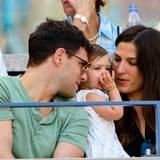 Justin Bartha kuschelt auf der Tribühne mit seiner Tochter Asa Charlotte und seiner Frau Lia Smith.