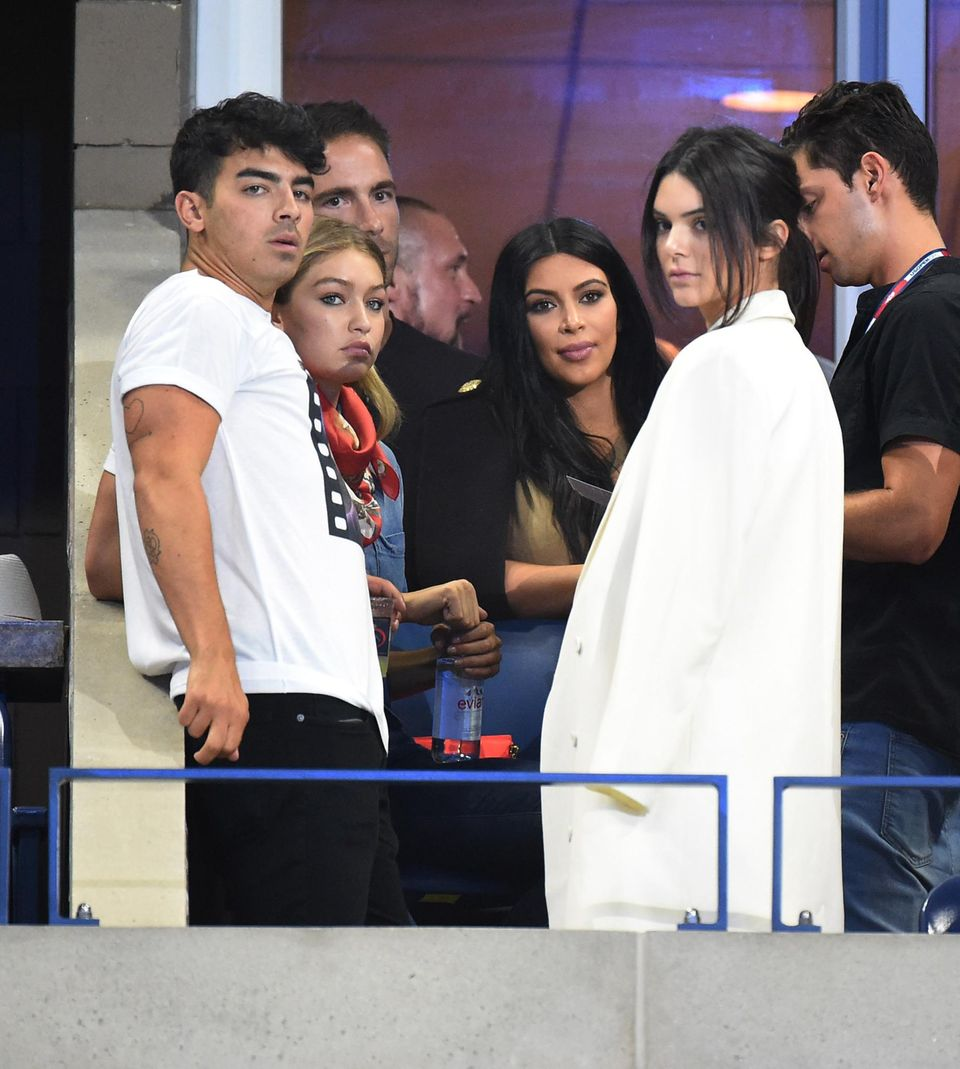 Auch Joe Jonas, Gigi Hadid, Kim Kardashian und Kendall Jenner gehören zu den Zuschauern des legendären Tennisturniers.