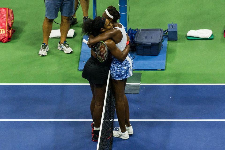 Die Schwestern Serena und Venus Williams müssen gegeneinander antreten. Venus muss sich Serena geschlagen geben.
