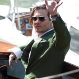 Johnny Depp fährt im berühmten Wassertaxi vor.